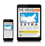 Leggendo le notizie calde sul computer e sullo smartp della compressa Fotografie Stock
