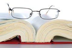 Leggendo in libro Immagini Stock Libere da Diritti