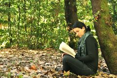 Leggendo in natura è il mio hobby Immagini Stock Libere da Diritti
