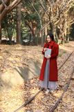 Leggendo in natura è il mio hobby, la ragazza fa il libro e la passeggiata in mezzo alla ferrovia Immagini Stock Libere da Diritti