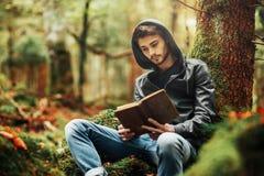 Leggendo in natura Fotografia Stock Libera da Diritti