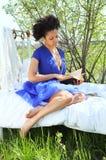 Leggendo nel giardino Immagine Stock