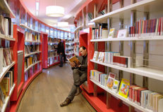 Leggendo nella libreria Fotografia Stock Libera da Diritti