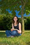 Leggendo nella sosta Fotografia Stock Libera da Diritti