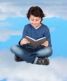 Leggendo nelle nuvole Fotografie Stock Libere da Diritti