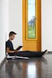 Leggendo a scuola Fotografia Stock Libera da Diritti