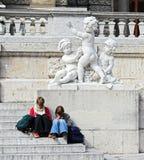 Leggendo sui punti dell'edificio pubblico di Vienna. Fotografia Stock Libera da Diritti