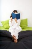 Leggendo sulla base verde Fotografia Stock Libera da Diritti