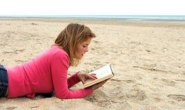 Leggendo sulla spiaggia Fotografia Stock