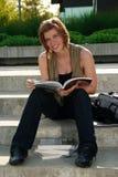 Leggendo sulle scale Fotografie Stock Libere da Diritti