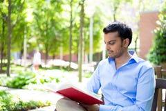 Leggendo un libro all'esterno Immagine Stock Libera da Diritti
