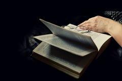 Leggendo un libro a casa Fotografia Stock