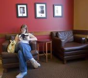 Leggendo in una caffetteria Fotografie Stock Libere da Diritti