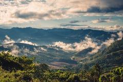 Leggermente nebbia sulla montagna fotografie stock