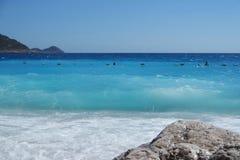 Leggero mare ondulato sulla spiaggia fotografie stock