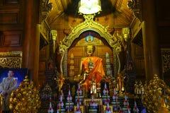 Leggero sottomesso dentro il tempio buddista immagine stock