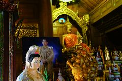Leggero sottomesso dentro il tempio buddista fotografia stock libera da diritti
