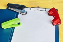 Leggio, schizzo-bordo con la perforatrice e cucitrice meccanica immagine stock libera da diritti
