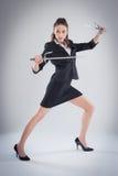 Leggy kobieta Pozuje z sztuka samoobrony kordzikami obraz royalty free