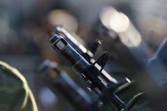 Leghe per saldatura che tengono un barilotto della pistola Fotografia Stock Libera da Diritti