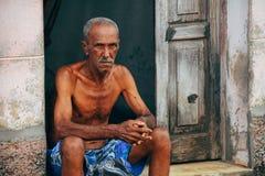 Legiões locais idosas para a câmera em Trinidad, Cuba imagem de stock