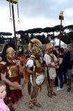 Legionärer på historiska forntida romans ståtar Royaltyfria Bilder