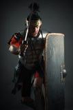 Legionario romano con la spada e lo schermo nell'attacco Fotografie Stock Libere da Diritti