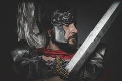 Legionario romano pretoriano y capa, armadura y espada rojas en guerra foto de archivo
