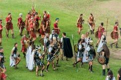 Legionarios romanos de los soldados en el festival foto de archivo