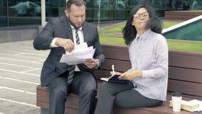 Legitimationshandlingar för chef för affärsman sändande för häfte till hans framstickandekvinna arkivfilmer