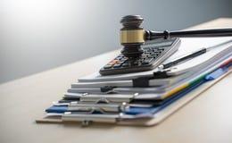 Legitimationshandlingar för domarehammare- och affärsrapport, viktiga dokument arkivbild