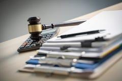 Legitimationshandlingar för domarehammare- och affärsrapport, viktiga dokument arkivfoto