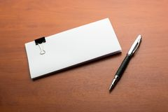 Legitimationshandlingar och penna på tabellen Royaltyfria Bilder
