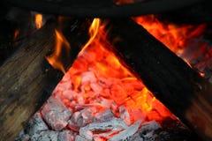 Legna da ardere bruciante nella fine del camino su Fotografia Stock