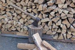 Legna da ardere della quercia impilata in un mucchio fotografia stock libera da diritti