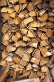 Legna da ardere impilata in catasta di legna Immagine Stock