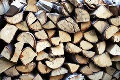 Legna da ardere nell'inverno aspettante dell'iarda fotografie stock