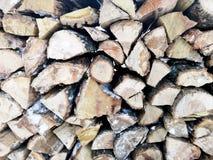 Legna da ardere nell'inverno La struttura di legno infilzato nella neve fotografie stock