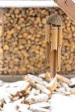 Legna da ardere nell'inverno, nei precedenti di cui decorazione di bambù Inverno della neve fuori della città fotografia stock libera da diritti