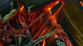 Legna da ardere per i carboni brucianti nella griglia, primo piano I ceppi di legno bruciano nella griglia, il fuoco hanno avvolt archivi video