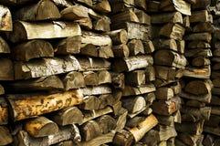 Legna da ardere prima dell'inverno lungo nel cottage rurale Immagine Stock Libera da Diritti