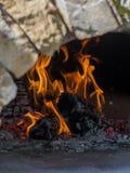 Legna da ardere in un forno all'aperto della campagna Le fiamme bruciano il oli Fotografia Stock