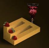 Legname impossibile con le fragole e un bicchiere di vino Fotografie Stock Libere da Diritti