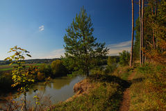 Legno accanto alla locanda del fiume in Baviera immagini stock