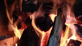 Legno bruciante del fuoco nella fornace del mattone video d archivio