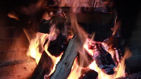 Legno bruciante del fuoco nella fornace del mattone archivi video