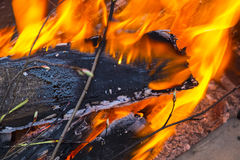 Legno bruciante, fine su Fotografie Stock Libere da Diritti