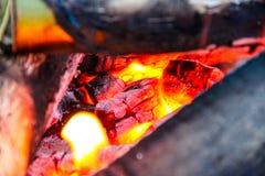 Legno bruciante nel fuoco immagini stock