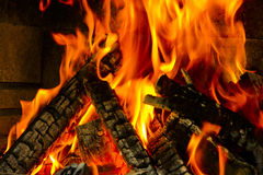 Legno Burning su fuoco fotografia stock
