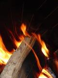 Legno che brucia in fuoco Fotografia Stock